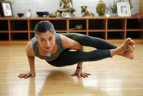 Exercice Du Yoga   Ashtavakrasana   Huit Angle Pose – Comment faire et quels  sont ses avantages  83e48b1ed6b