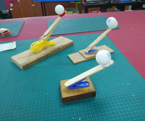 A Very Simple Catapult to Make With Kids crafts for kids for teens to make ideas crafts crafts Stem Projects, Projects For Kids, Fair Projects, Science For Kids, Games For Kids, Kids Fun, Kid Games, Science Fun, Diy Crafts For Kids