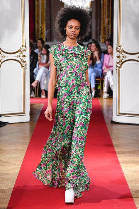 Paul & Joe Fall 2018 Ready-to-Wear collection, runway looks, beauty, models, and reviews.