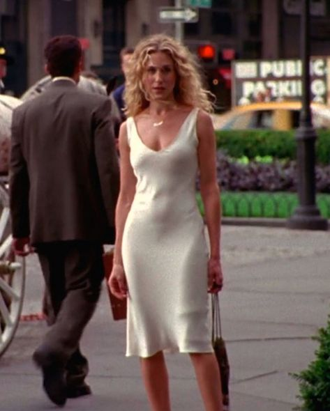 Carrie Bradshaw Outfits, Estilo Carrie Bradshaw, City Outfits, Mode Outfits, Dress Outfits, Fashion 2020, 90s Fashion, Fashion Outfits, Fashion Tips