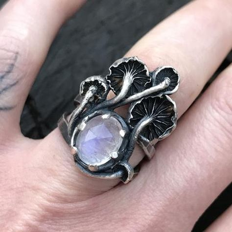 Magical Mushroom and stone ring - wonderful style! For the Gothic gardener! Cute Jewelry, Jewelry Box, Jewelry Accessories, Jewelry Making, Jewlery, Bullet Jewelry, Hippie Jewelry, Gothic Jewelry, Jewelry Necklaces