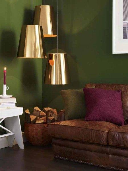 wandgestaltung-wohnzimmer-dunkelgruen-lila