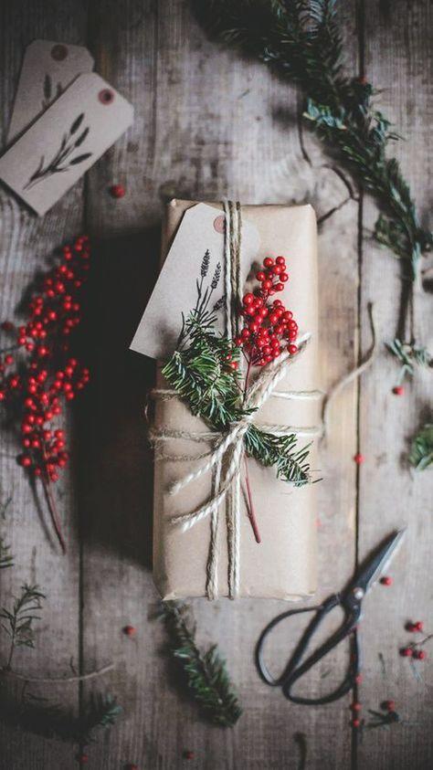 Geschenkverpackungen für Weihnachten mit Tannenzweigen und Beern / gift wrapping ideas for christmas with fir branches and berries