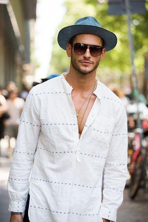 Street looks à la Fashion Week homme Milan, chemise blanche, chapeau, lunettes de soleil
