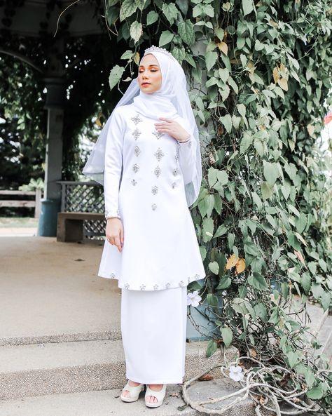"HIJABISTAHUB on Instagram: ""Happy weekend everyone! Pagi ni nak belanja sikit Dewi Kurung ni. Baju kurung klasik dengan suntikan moden akan buat korang nampak…"""