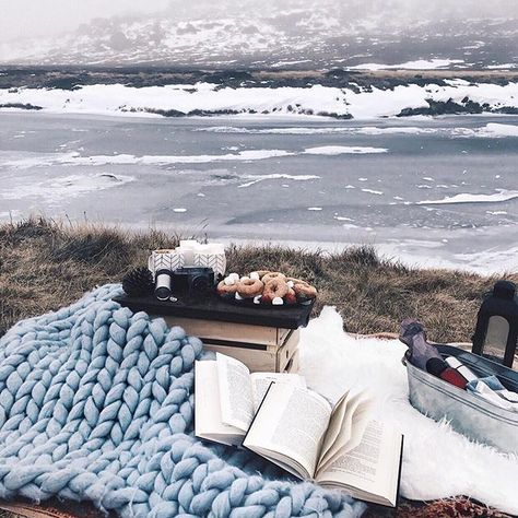 Winter wonderland 🙊❄️ Hot chocolate & warm cinnamon donuts anyone? Loved snuggling up in front of this beautiful frozen lake.