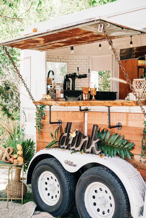 entrepreneur turns an old horse trailer into a mobile bar Mobile Bar, Food Trucks, Foodtrucks Ideas, Cafe Industrial, Industrial Design, Bar On Wheels, Coffee Food Truck, Mobile Coffee Shop, Coffee Trailer