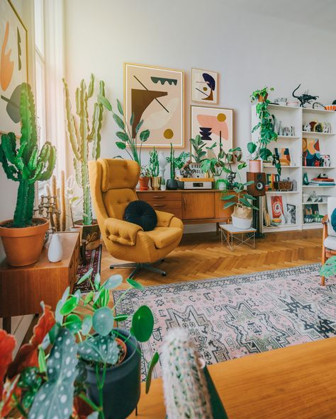 Minimalist abstract art gallery wall and many beautiful houseplants and mid-century modern pieces define this cozy interior. #interiordesigns #art #gallerywall #houseplants