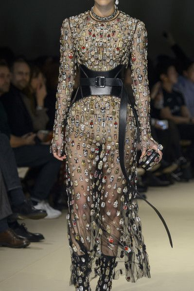 Alexander McQueen, Fall 2018 - The Most Fabulous Details From The Parisian Runways For Fall 2018 - Photos