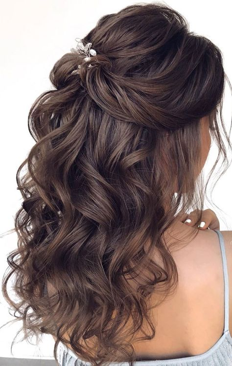 Brunette half up This simple swept-back style is stunning – the hair pin in th. Brunette half up This simple swept-back style is stunning – the hair pin in the back gives it a touch of glamour! This hairstyle. Wedding Hairstyles Half Up Half Down, Half Up Half Down Hair, Wedding Hair Down, Wedding Hairstyles For Long Hair, Bride Hairstyles, Indian Hairstyles, Hairstyle Short, School Hairstyles, Hairstyle Wedding