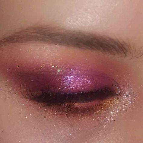 Attractive and Beautiful Glitter Eye Makeup Source by alenaphotoshopcore makeup eyeliner Makeup Eye Looks, Eye Makeup Art, Cute Makeup, Pretty Makeup, Skin Makeup, Eyeshadow Makeup, Beauty Makeup, 90s Makeup, Top Beauty