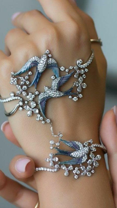 Best Diamond Bracelets : Liza Borzaya creates these unique palm bra. - Accessory - Best Diamond Bracelets : Liza Borzaya creates these unique palm bra. Best Diamond Bracelets : Liza Borzaya creates these unique palm bracelets, decorated in Enam - Hand Jewelry, Cute Jewelry, Body Jewelry, Unique Jewelry, Handcrafted Jewelry, Handmade Jewellery, Ankle Jewelry, Bridal Jewelry, Jewellery Box