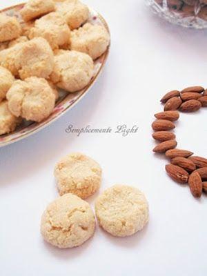 Biscotti morbidissimi alle mandorle light (solo farina di mandorle, zucchero a velo e albume. 66 calorie a biscotto)