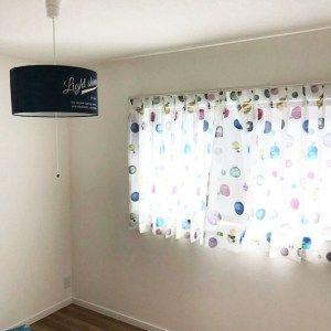 ナチュラルなプレーンシェードとカーテン 子供部屋 カーテン プレーンシェード カーテン
