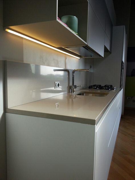 Angolo a LED realizzato con profilo a 45° per una maggiore ...