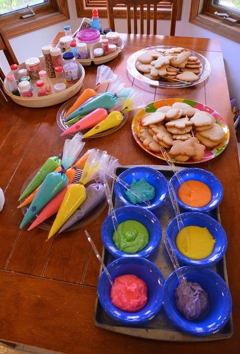 How To Throw a Cookie Decorating Party Step Figure out your icing dispensing situation. Piping bags are the best option. Baking Birthday Parties, Baking Party, Christmas Treats, Christmas Baking, Christmas Birthday Party, Christmas Cookies For Kids, Home Birthday Party Ideas, Kids Birthday Party Games, Artist Birthday Party