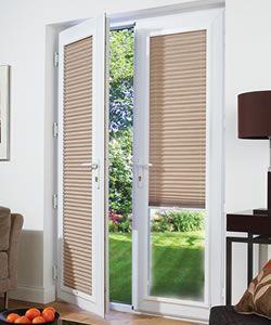 Franzosisch Turen Weiss Gerahmte Plissee Jalousien Passen Perfekt In 2020 Sliding Glass Door Blinds Living Room Patio Doors Patio Doors