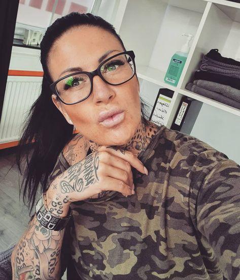 """Laura Lee on Instagram: """"Knuuuuuutsch ihr 🐰💋 🤓🤓🤓 #atwork #brillenschlange #mittelfingermittwoch #wednesday #camouflage #lashesonfleek #lashes #wimpernstylistin…"""""""