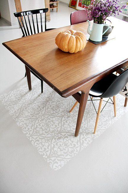 idée imitation beton ciré avec réagréage + peinture sol résinée pour garage + faux tapis peinture et pochoir : TOPISSIME !