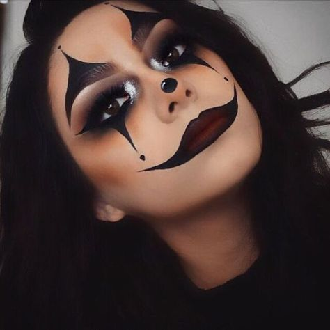 Looking for for ideas for your Halloween make-up? Browse around this site for creepy Halloween makeup looks. Maquillage Halloween Clown, Halloween Makeup Sugar Skull, Creepy Halloween Makeup, Sugar Skull Makeup, Halloween Makeup Looks, Scary Makeup, Elf Makeup, Halloween Halloween, Halloween Costumes