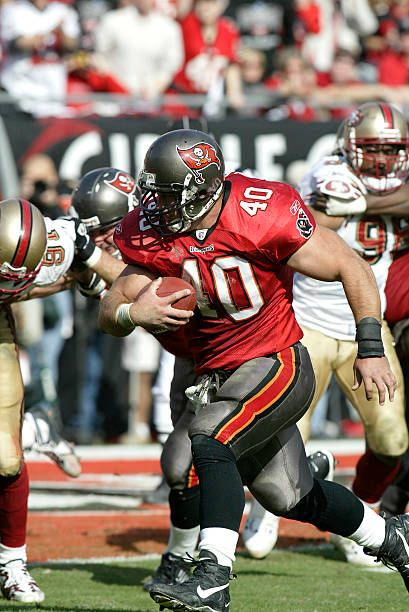 Tampa Bay Buccaneers Running Back Mike Alstott Runs To The Outside For A First Half Touchdown During A 31 T In 2020 Buccaneers Football Buccaneers Tampa Bay Buccaneers