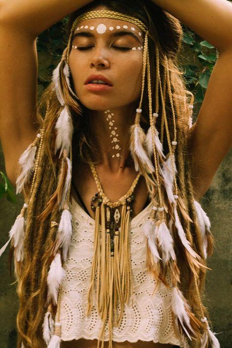 Small white feathers headpiece ☁️☁️☁️ necklace by Style Boho, Look Boho, Boho Chic, Native American Girls, Native American Beauty, American Art, American History, Tribal Makeup, Boho Makeup