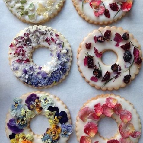 Lavender Shortbread with Fruits, Flowers, and Herbs Candied herbs, edible dried flowers, and freeze-dried berries are beautiful decorations for these iced cookie wreaths. Learn how to make the shortbread in this video. Fruit Flowers, Flower Food, Lavender Flowers, Edible Flowers Cake, Real Flowers, Cooking Flower, Tiny Flowers, Sugar Flowers, Spring Flowers