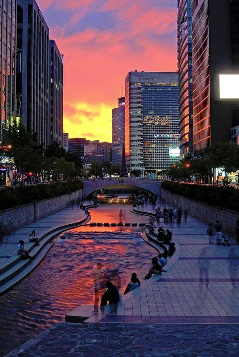 Cheonggyecheon river in Seoul. This used to be a highway. Ancienne autoroute de Séoul, retirée pour laisser place à la rivière Cheonggyecheon. http://www.urbanews.fr/2014/02/11/39781-seoul-se-separe-de-sa-premiere-autoroute-urbaine/