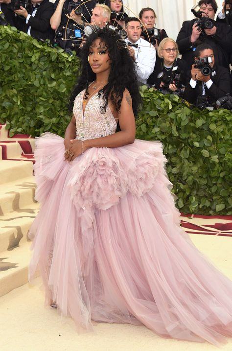 SZA Photos - SZA attends the Heavenly Bodies: Fashion & The Catholic Imagination Costume Institute Gala at The Metropolitan Museum of Art on May 2018 in New York City. - Heavenly Bodies: Fashion & The Catholic Imagination Costume Institute Gala - Arrivals Donatella Versace, Amal Clooney, Celebrity Red Carpet, Celebrity Style, Rihanna, Nice Dresses, Prom Dresses, Met Gala Red Carpet, Vogue