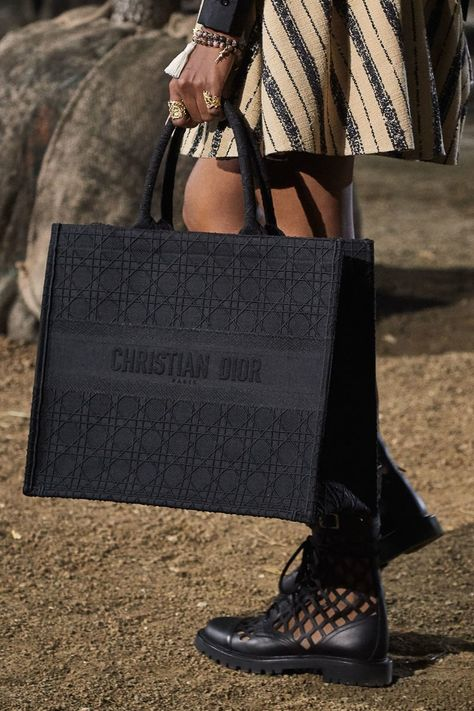 Christian Dior Ready To Wear Spring Summer 2020 Fashion Show Vogue Paris Luxury Purses, Luxury Bags, Luxury Handbags, Fashion Handbags, Fashion Bags, Travel Handbags, Dior Fashion, Geek Fashion, Fashion Scarves