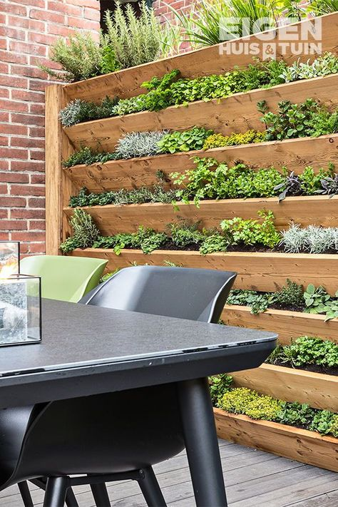 DIY: Zo maak je zelf een kruidentuin - Cottage Garden on the Rustic SideGreat idea for a wall full of edible's, salads, herbs Garden Great Ideas, Garden Inspiration, New Build Garden Ideas, Back Gardens, Small Gardens, Wall Herb Gardens, Vertical Herb Gardens, Small Courtyard Gardens, Vertical Garden Wall