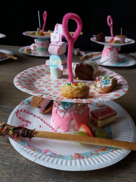 Verrassend High-tea feestje. Kids hebben de etagere zelfgemaakt van kartonnen DE-59