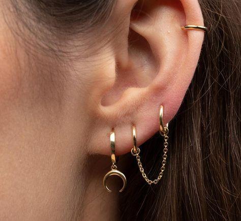 Double Piercing Earring – Huggie hoops gold – Handcuff hoop earrings – Double Piercing Hoops with Chain – Chain Earrings - enscompass. Ear Jewelry, Cute Jewelry, Body Jewelry, Jewelery, Jewelry Accessories, Bullet Jewelry, Jewelry Necklaces, Chain Earrings, Cute Earrings