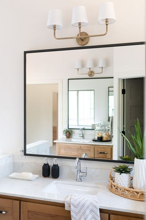 Badezimmerspiegel Moderner Badezimmerspiegel Aus Bauernhaus Mit Dunnem Schwarzem Metallrahmen In 2020 Badezimmerspiegel Moderne Badezimmerspiegel Badezimmerspiegel Rahmen