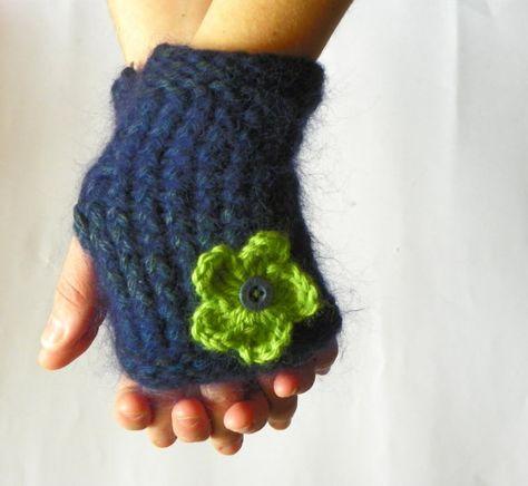 Fingerless gloves knitted on 24 peg loom Volledige beschrijving: http://www.youtube.com/watch?v=LwOcjg2apnw