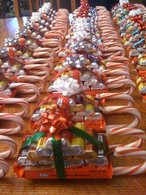 Must remember this when Christmas comes around. Candy sleighs! What a cute idea for small gifts :) I guess you could also add small bars of soap or handkerchiefs or other non-food items too.