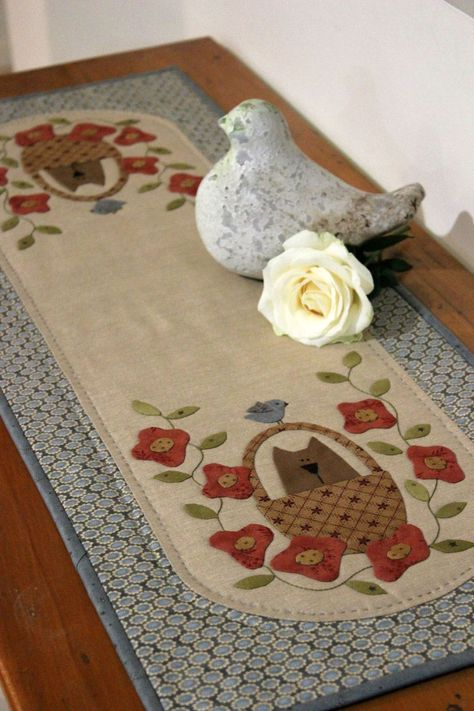 So, so cute tablerunner with cats in baskets