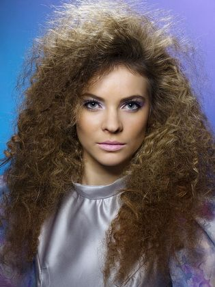 Frauenfrisuren Im Stil Der 80er Jahre Frisuren Haarwurzeln Und