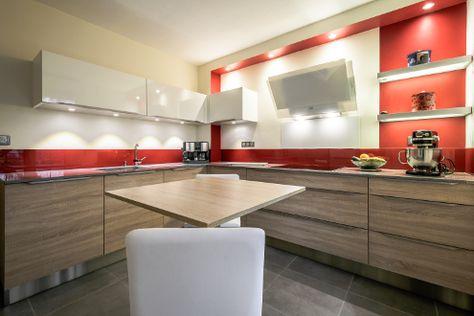 Le rouge en cuisine nous séduit de nouveau avec cette belle réalisation du magasin de Chambray-lès-Tours ! Les façades en mélaminé structuré et les meubles hauts blancs brillants contrastent avec la teinte rouge vif de la crédence et du mur.