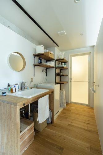 フローリングに木の洗面台で 居室のような居心地に仕上げた洗面室 右側の壁の上部にはスリット開口があり Ldk側から風と光が入ってきます リノベーション ハウスデザイン 中古マンション