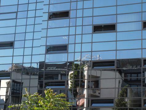 Bonn: Bank mit spiegelnder Glasfassade