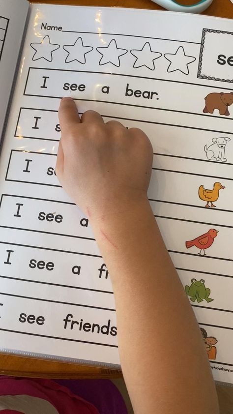 These adorable sight word fluecny passages will help your kindergarten students memorize their words FAST - print FREE flash cards and assessment checklists over on the blog, plus print freebie activities to try for yourself! Perfect for your classroom guided reading groups - distance learning if you're teaching virtually or kindergarte homeschool #kindergarten #sightwords #kindergartenreading
