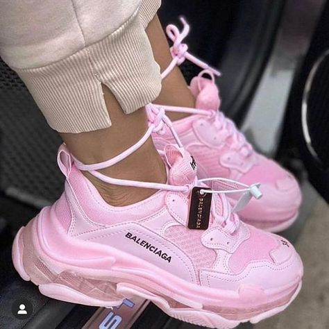 balenciaga shoes sneakers street styles/outfit with balenciaga shoes/womens outfit style Cute Sneakers, Sneakers Mode, Girls Sneakers, Sneakers Fashion, High Top Sneakers, Fashion Shoes, Shoes Sneakers, Fashion Clothes, Nike Fashion