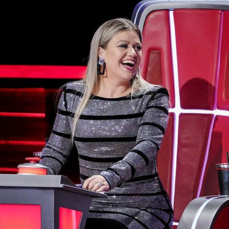 Everyone Is Talking About Kelly Clarkson S Dress On The Voice Kelly Clarkson The Voice Clarkson
