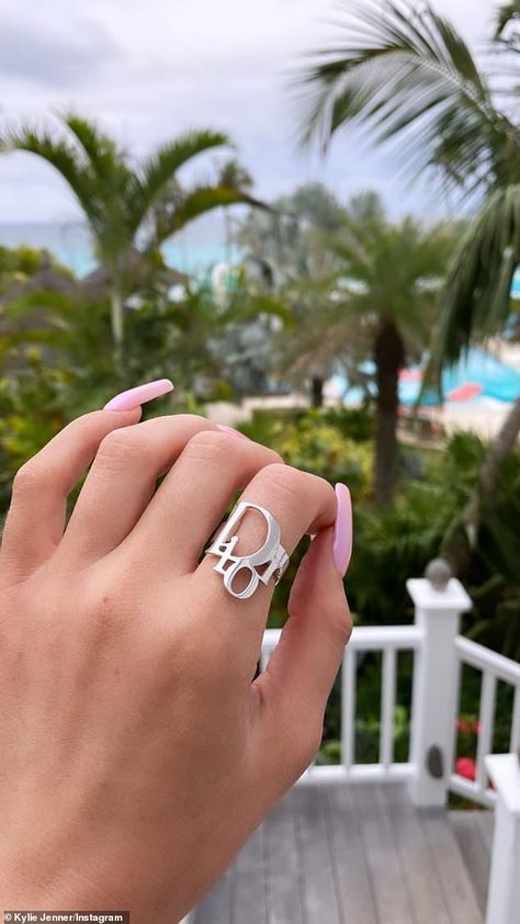 Bling bling: Jenner showed off her silver Christian Dior ring. Cute Jewelry, Silver Jewelry, Jewelry Accessories, Fashion Accessories, Fashion Jewelry, Gucci Jewelry, Silver Rings, Trendy Jewelry, Fashion Hair