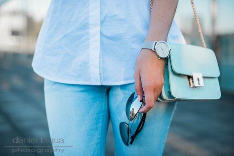 Influencer Outfit mit weißer Rüschenbluse und hellblauer Jeans dazu silberne Accessoires