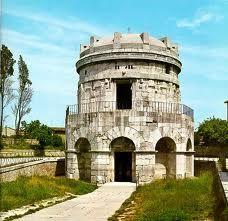 ... dietro casa   Mausoleo di Teodorico - Ravenna