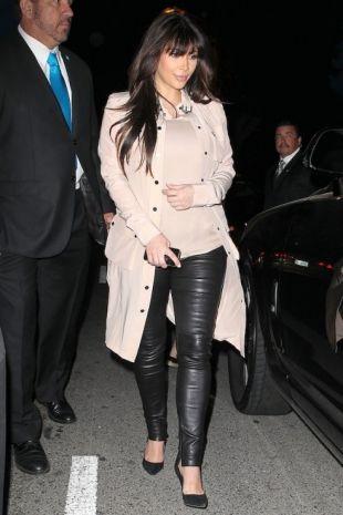 Rosa e nero: blusa Chloe, giacca Belfast, pantaloni Balenciaga e scarpe Gianvito Rossi
