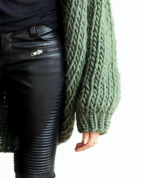 Slim en cuir noir + maxi gilet en grosse maille kaki = le bon mix (gilet I Love Mr Mittens - photo Erica Hoida)