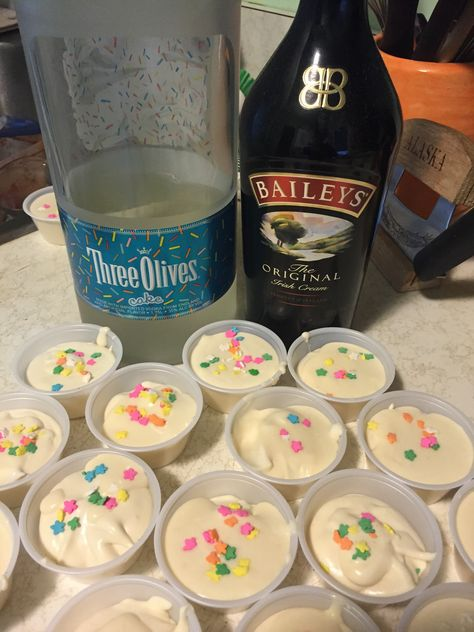 Birthday Cake Pudding Shots The PERFECT birthday treat! 1 box sugar free cheesecake pudding ¾ cup skim milk ¼ cup Irish cream or white chocolate liquere ½ cup birthday cake flavored vodka 1 tub of fat free whipped topping Sp… Pudding Shot Recipes, Jello Pudding Shots, Jello Shot Recipes, Alcohol Drink Recipes, Pudding Cup, Sugar Free Cheesecake, Cheesecake Pudding, Birthday Cake Flavors, Birthday Treats